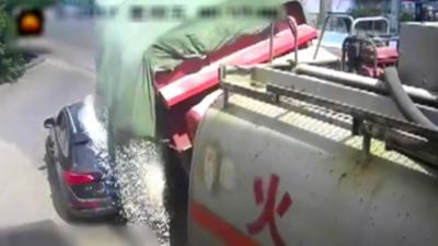 Un camion rempli de graviers se renverse sur une Audi qui lui coupe la route n'importe comment