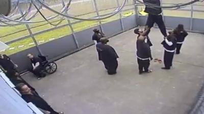 Des détenus s'entraident pour récupérer des colis de drogue lancés depuis l'extérieur