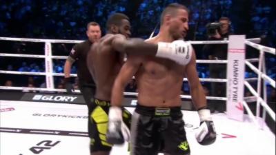 Un kickboxer met KO son adversaire avec un coup de dos et des fans montent sur le ring pour le venger