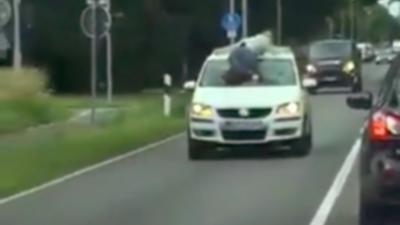 Il croise un automobiliste en train de rouler avec un homme sur son pare-brise