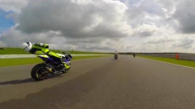 Un motard se prend un débris à plus de 200 km/h et se retrouve KO sur sa moto avant de faire une lourde chute