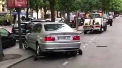 Un employé de la fourrière accroche mal une voiture à sa remorqueuse et fait de gros dégâts dessus