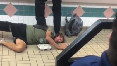 Un client très énervé se fait frapper et taser par les employés d'un Burger King