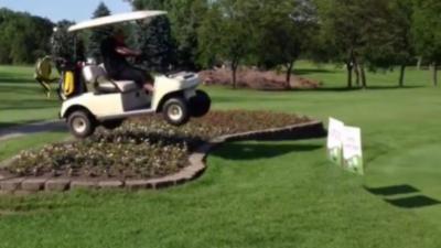 Un golfeur ivre saute un parterre de fleur avec une voiturette de golf et se fait éjecter à la réception