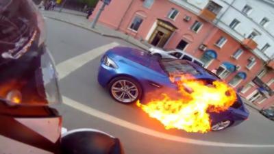 Une BMW M5 prend feu pendant une course sauvage et illégale en pleine rue