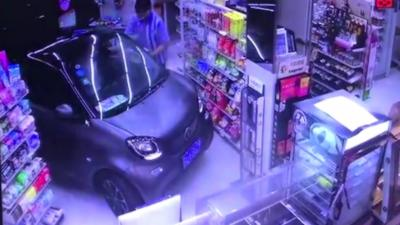 Un automobiliste rentre dans un magasin avec sa voiture pour ne pas avoir à marcher