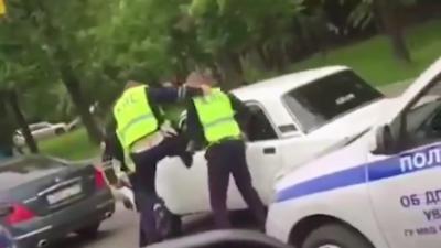 Une dizaine de policiers en grosse galère pour arrêter un homme en voiture en Russie