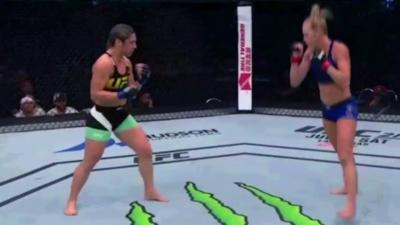 Une combattante MMA a la très mauvaise idée de provoquer son adversaire en plein combat