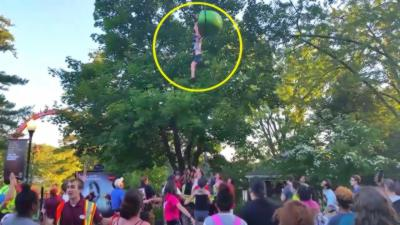 Une fille se retrouve suspendue dans le vide à une nacelle d'un manège et finit par tomber