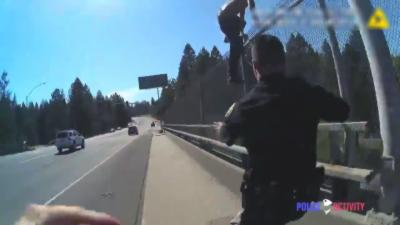 Deux policiers empêchent de justesse un homme de se suicider en sautant d'un pont