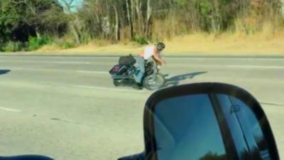 Un motard perd le contrôle de sa moto et fait une chute spectaculaire
