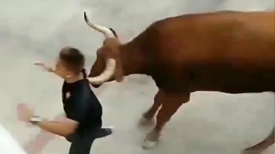 Un jeune homme qui joue avec le feu pendant un lâcher de taureaux