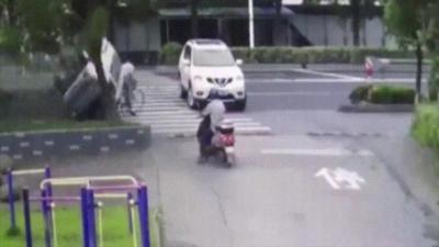 Une voiture passe sur un cycliste qui s'en sort miraculeusement indemne pendant un tonneau