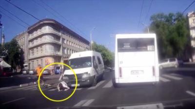 Un cycliste manque de peu de se faire écraser en refusant la priorité à un piéton