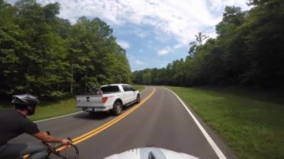 Un automobiliste renverse volontairement un cycliste et prend la fuite