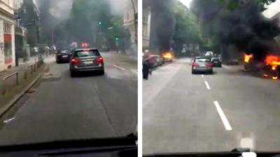 Un automobiliste traverse une rue à Hambourg après les émeutes en marge du G20