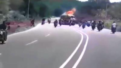 Un gang de motards lance un cocktail molotov sur un camion pour voler le sucre qu'il transporte