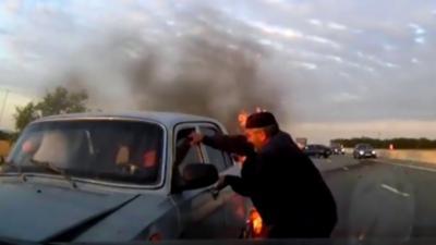 Un vieil homme sauve deux personnes d'une voiture en feu juste après un accident