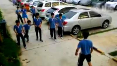 Un enfant se retrouve dans une bagarre contre 5 camarades et défonce tout le monde comme un ninja