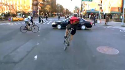 Des cyclistes organisent des courses illégales en plein centre ville et prennent des risques inconsidérés