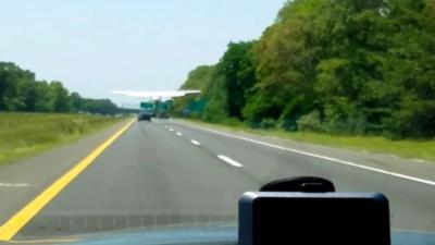 Un automobiliste se retrouve à rouler derrière un avion sur une autoroute