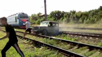 Il coince sa Jeep entre deux rails et n'arrive pas à la dégager avant que le train n'arrive