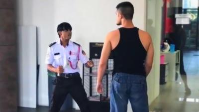 Un combattant MMA s'en prend à un gardien d'immeuble qui ne le laisse pas monter