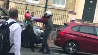 Deux voleurs tentent de prendre de force le scooter d'un homme en pleine journée