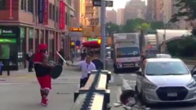 Un road rage qui finit sur un combat entre un homme avec une machette et l'autre avec une poubelle