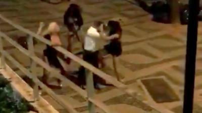 Cet homme va vraiment regretter de s'être moqué de plusieurs prostitués brésiliennes