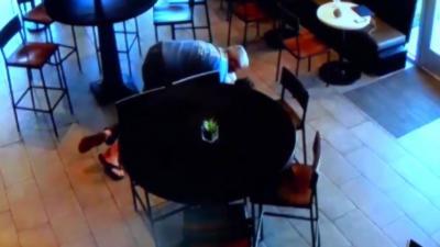 Le client d'un Starbucks arrête lui-même un braqueur pourtant armé d'un pistolet et d'un couteau