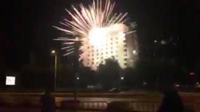Des supporteurs balancent un énorme feu d'artifice sur l'hôtel de l'équipe adverse pour empêcher les joueur de dormir