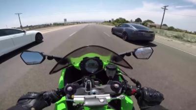 Un motard en Kawasaki Ninja ZX10R se fait ridiculiser par deux Tesla