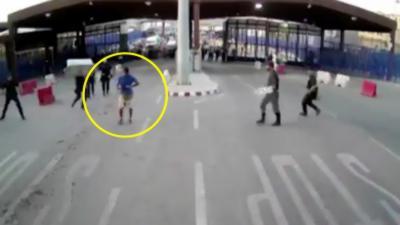 Un policier arrête un assaillant armé d'un couteau en lui balançant un plot dessus