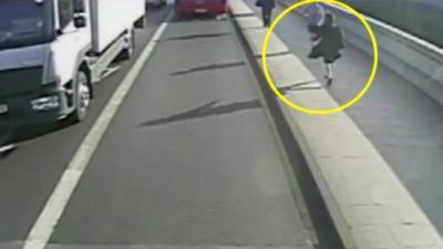 Un joggeur pousse une femme sous un bus sans raison