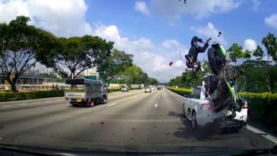 Deux hommes se font violemment éjecter en percutant une voiture à l'arrêt sur une autoroute