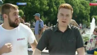 Un journaliste se fait frapper par un homme ivre alors qu'il est en plein direct à la télévision