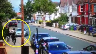 Un jeune prend une voiture pour foncer dans les membres d'un gang rival pendant un règlement de comptes