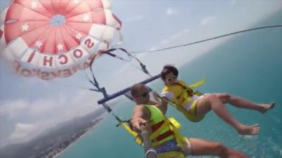 La corde d'un parachute ascensionnel casse pendant le vol d'un couple