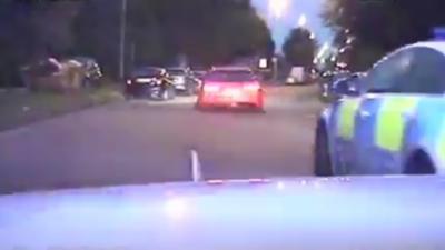 Des braqueurs en Audi RS6 sèment la police malgré le fait qu'ils ont deux pneus crevés