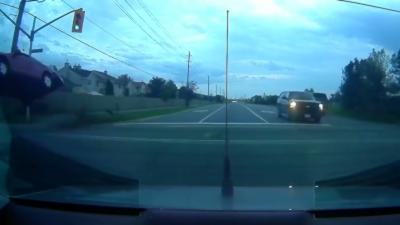 Une voiture sort de la route, décolle et finit par s'encastrer dans un poteau