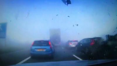 Un brouillard apparaît soudainement et plusieurs automobilistes s'engouffrent dedans sans ralentir