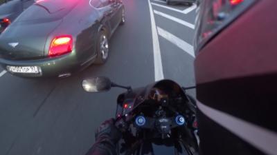 Un motard se venge d'un automobiliste en Bentley qui abandonne des déchets sur le bord d'un troittoir