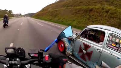 Un motard se fait larguer par une Coccinelle sur une autoroute brésilienne