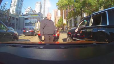 La sécurité de Drake joue les gros bras face à un automobiliste