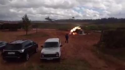 Un hélicoptère russe tire un missile par accident sur une voiture