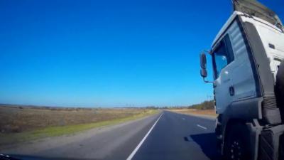 Un chauffeur de camion manque de peu de tuer un automobiliste en l'empêchant volontairement de doubler