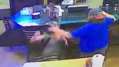 Une fille agresse le mauvais mec dans un bar