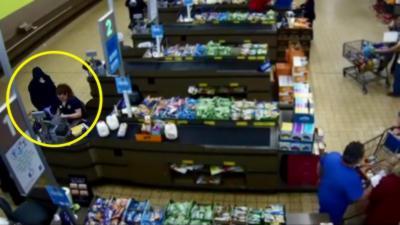 Des clients d'un magasin Aldi arrêtent eux-mêmes un voleur qui braque une caisse