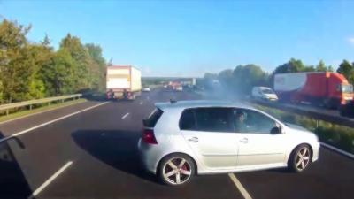 Un bus évite de justesse une collision avec une voiture sur une autoroute